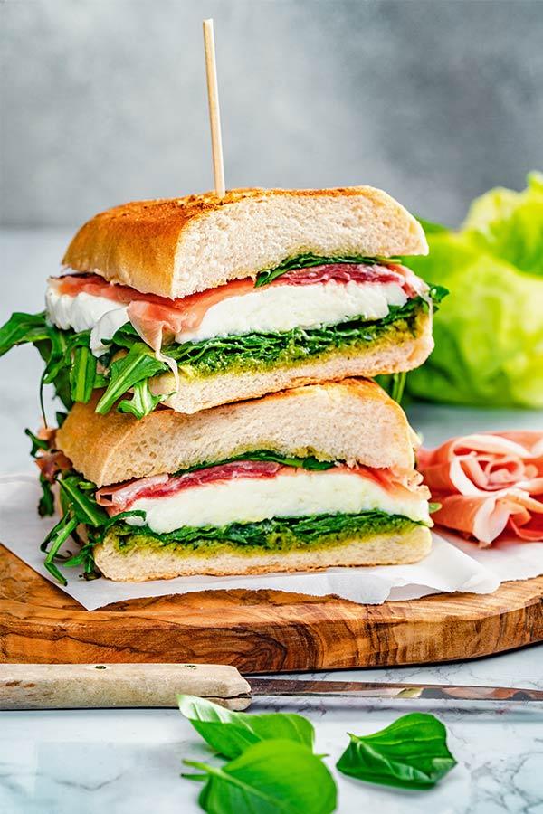 Panino mit Mozzarella-Schinken-Salami