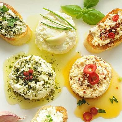 Bio Ziegenfrischkäse mit Kräutern in Olivenöl